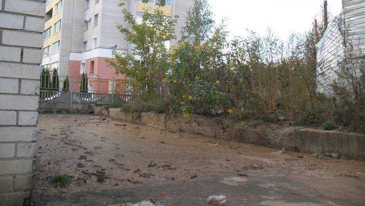 В Брянске дворы в переулке Пилотов покрылись толстым слоем грязи
