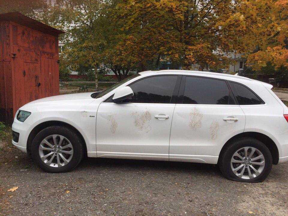 В Брянске на Авиационной улице вандалы искорежили дорогой Audi Q5