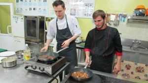 Московский повар приготовил брянским студентам французский суп с тыквой