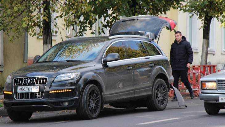 В Брянске на Красноармейской повредили дорогой внедорожник Audi