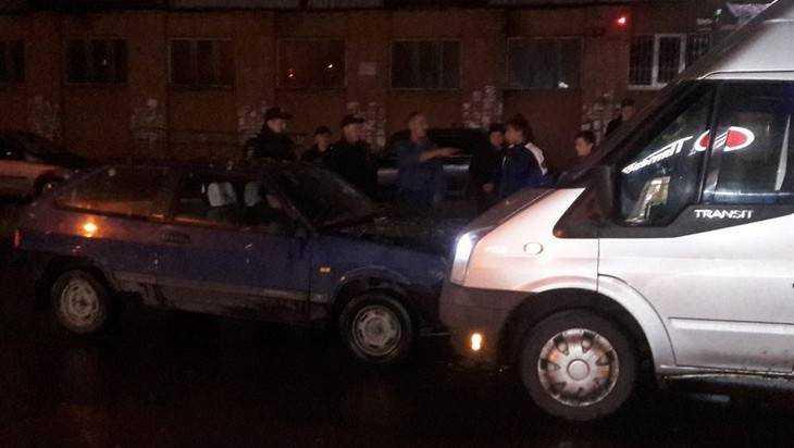 В Брянске потерявший ориентацию пьяный водитель протаранил микроавтобус