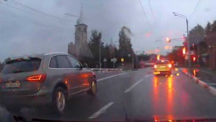 В Брянске мстители сняли видео проезда водителя Audi на «красный»