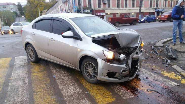 В Брянске в ДТП с вылетевшим на тротуар автомобилем никто не пострадал