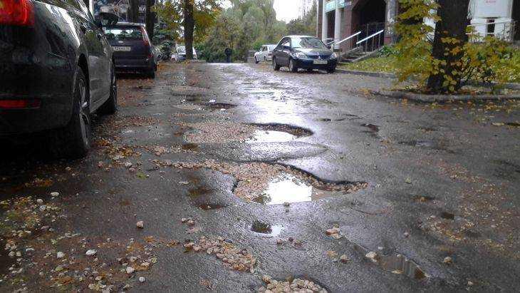 Главный тротуар Брянска превратился в череду ям