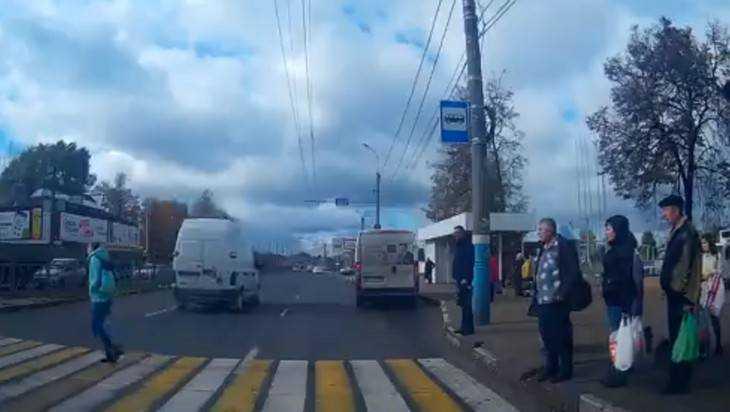 В Брянске сняли видео бросившейся наперерез машинам девушки