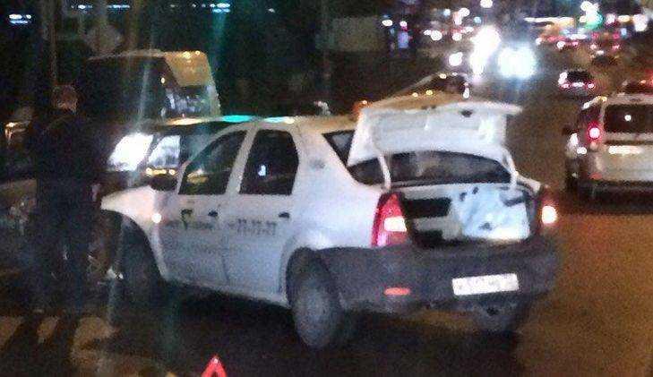 Огромная пробка возникла в Брянске у «Аэропарка» из-за ДТП с такси