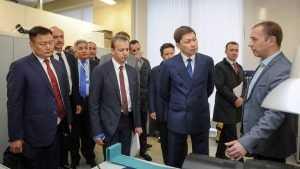 Премьер Киргизии и Аркадий Дворкович оценили лабораторию брянского завода