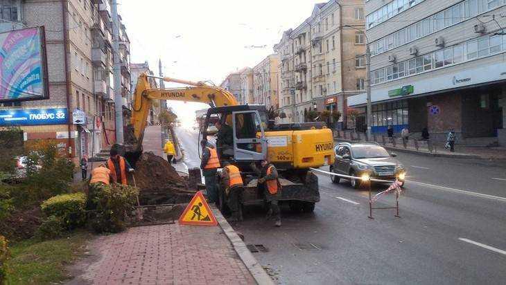 Брянские коммунальщики раскопали тротуар на проспекте Ленина