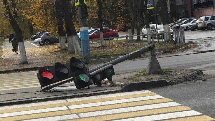 В Брянске на Московском проспекте рухнул светофор
