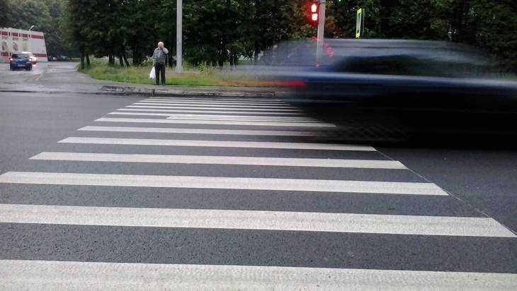 В Брянске автомобилистка на Nissan покалечила пешехода-нарушителя