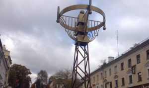В Брянске лестницу на бульваре Гагарина украсили загадочным сооружением
