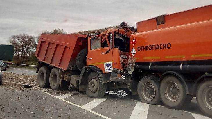 На шоссе Брянск – Новозыбков самосвал протаранил бензовоз