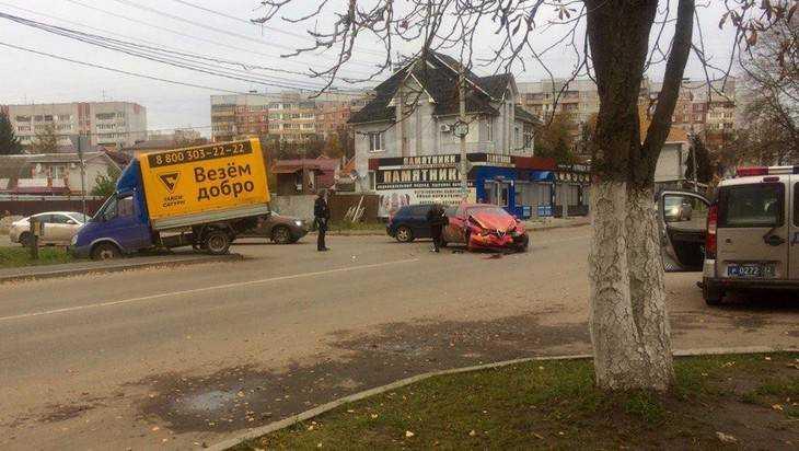 В Брянске такси «Везём добро» увезло с перекрестка иномарку