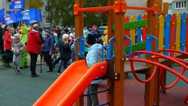 Брянские единороссы открыли в Клинцах три детских игровых площадки