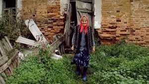 Следователи начали проверку сюжета о живущей в конюшне брянской бабушке