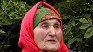 Живущей в конюшне брянской пенсионерке помогли добрые люди