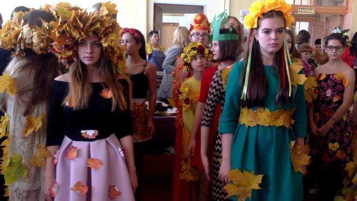Клинцовские девушки прошлись в платьях из листьев