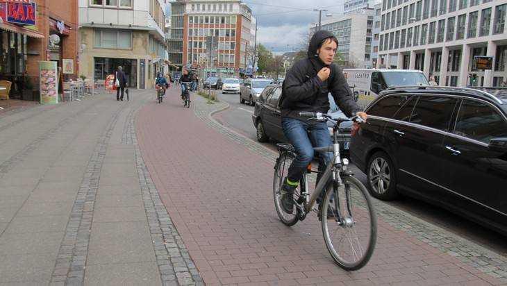 В Брянске на Московском проспекте Toyota сбила 37-летнего велосипедиста