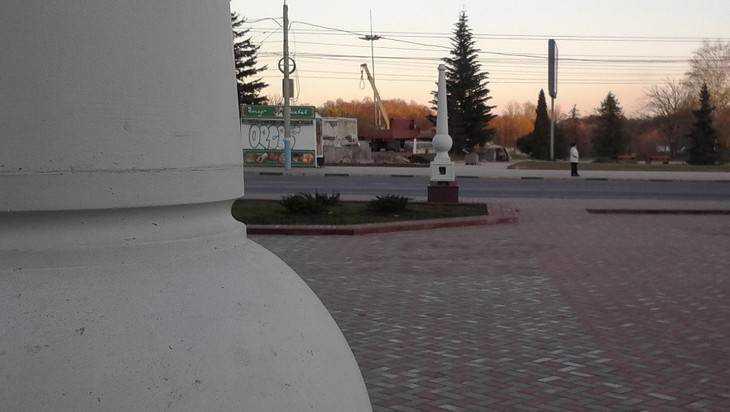 Забор из фонарей установили в Семеновском сквере Брянска