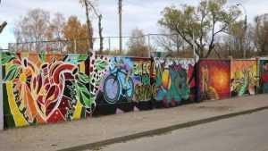 В Брянске забор военкомата разрисовали пылкими сердцами и медведями