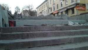 В Брянске на бульваре Гагарина уложили гранитные ступени лестницы