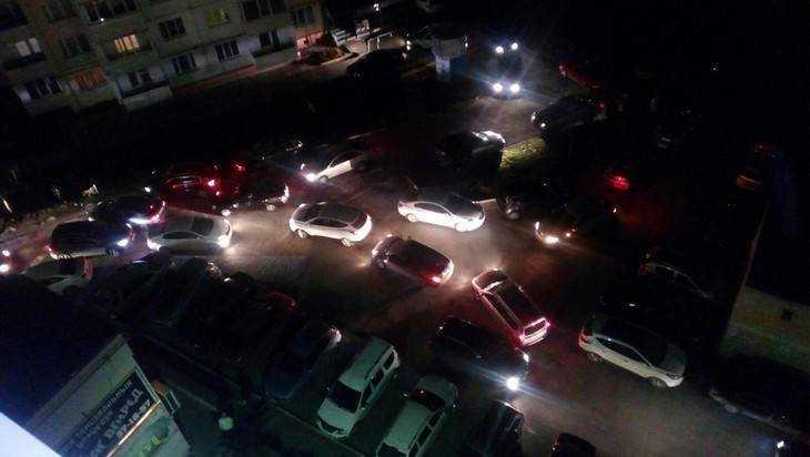 В Брянске во дворе дома сделали фото автомобильного коллапса
