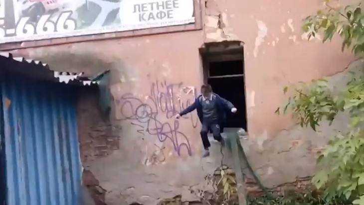 В Брянске заброшенная баня нигерийца стала опасностью для детей
