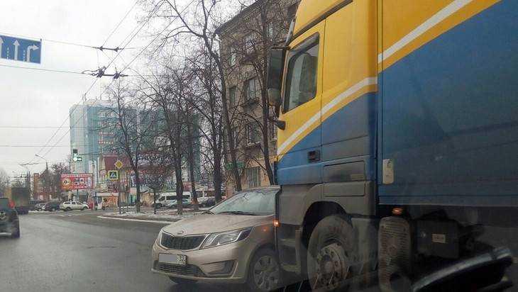 В Брянске фура подмяла легковушку Kia Rio