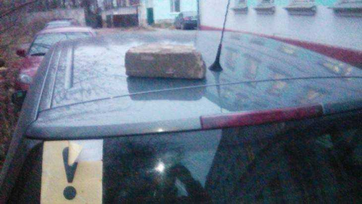 В Брянске смоленского водителя за парковку предупредили кирпичом