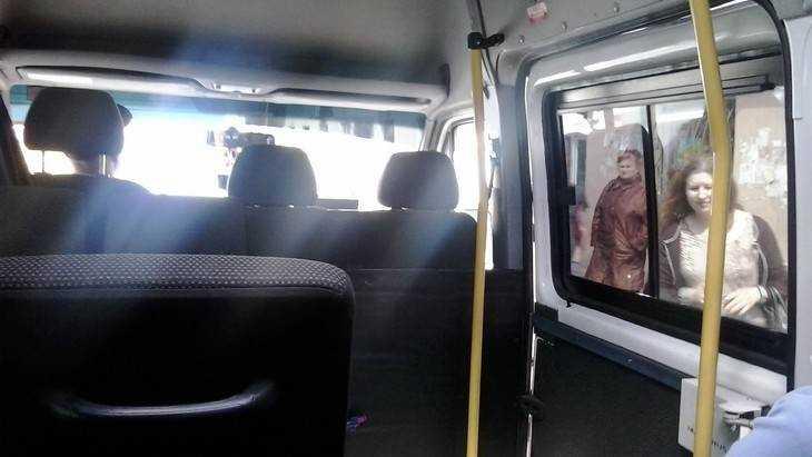 В Брянске молодая женщина выпала из маршрутки через заднюю дверь