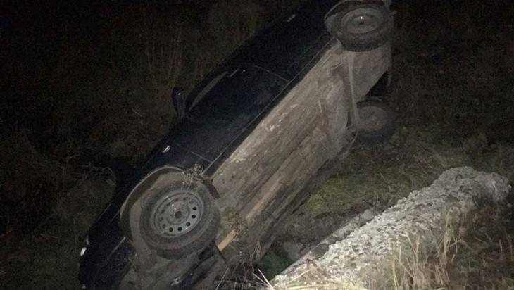 В Брянске на Ходаринке под мостом нашли перевернутый автомобиль