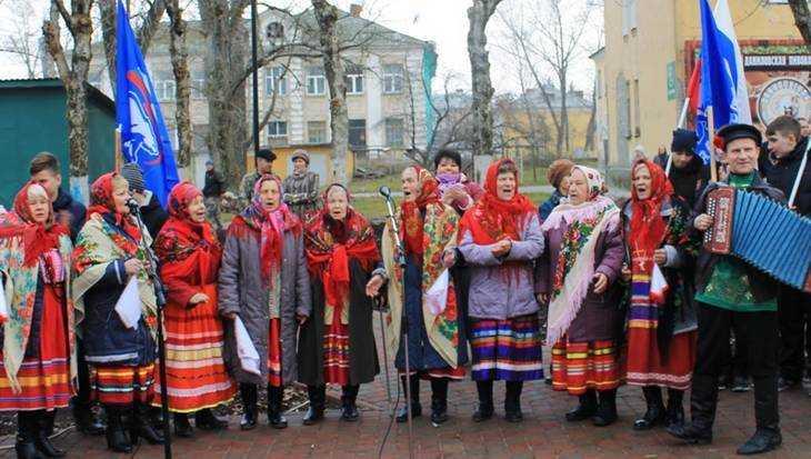 В городе Фокино открыли сквер с фонтаном и детским городком