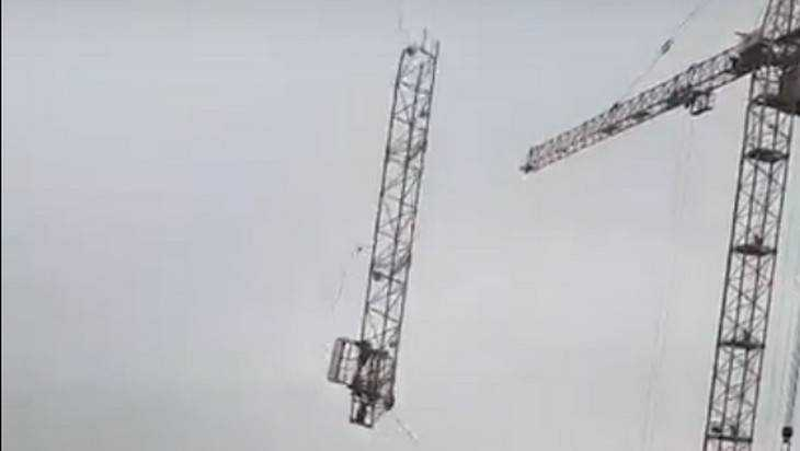 Появилось видео рухнувшей стрелы строительного крана в Брянске