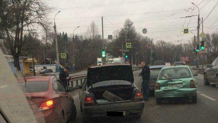 Движение в Брянске сковал затор из-за массового ДТП на улице Калинина