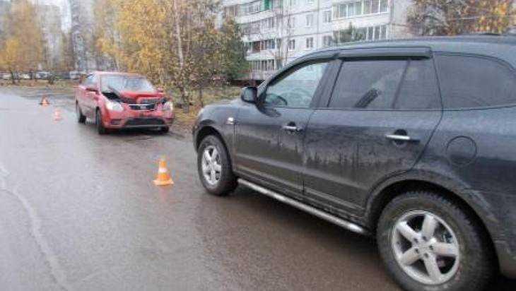 В Брянске автомобилистка замечталась и врезалась в припаркованный Kia