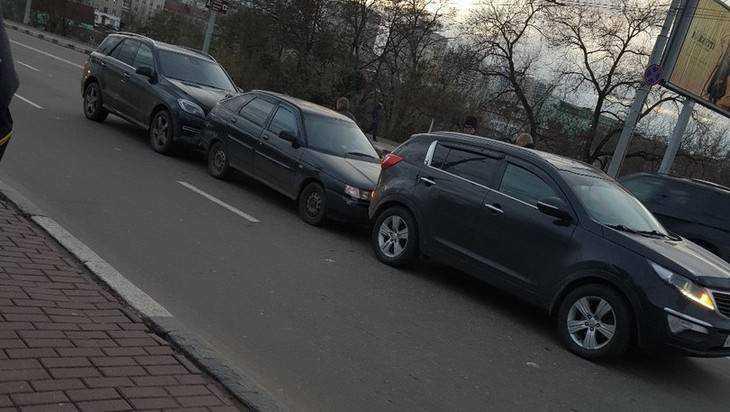 В центре Брянска три автомобиля сошлись в «паровозик»