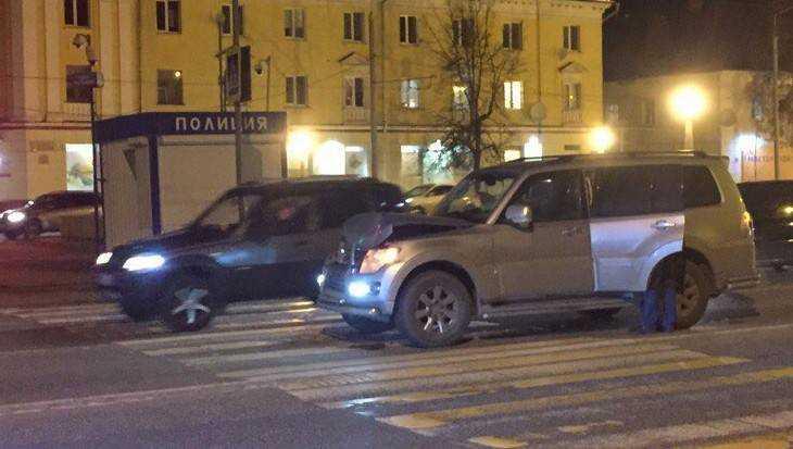 В Брянске на набережной один внедорожник протаранил другой