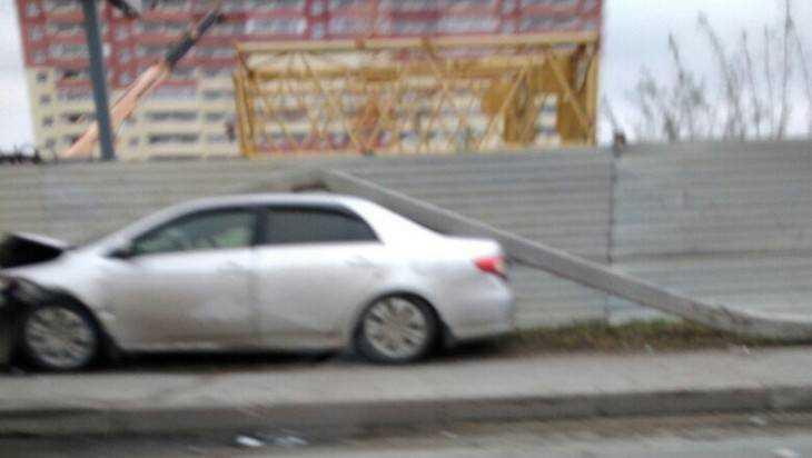 В Брянске автомобиль снес столб