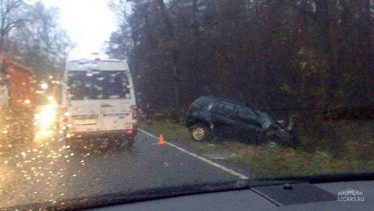 На брянской трассе в ДТП с трактором девушка получила травмы