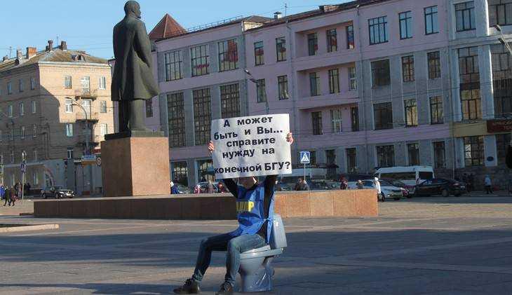 В Брянске под Лениным жириновцы поговорили с властью языком унитаза