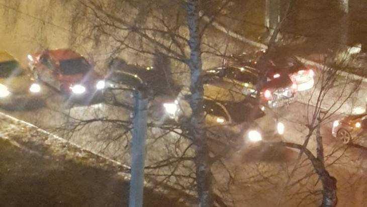 В Брянске на улице Крахмалева столкнулись троллейбус и 3 автомобиля