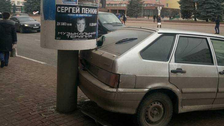 В Брянске на площади Ленина ВАЗ протаранил столб с Сергеем Пенкиным