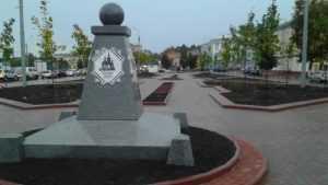 Подрядчика заставили перекладывать плитку в Семёновском сквере Брянска