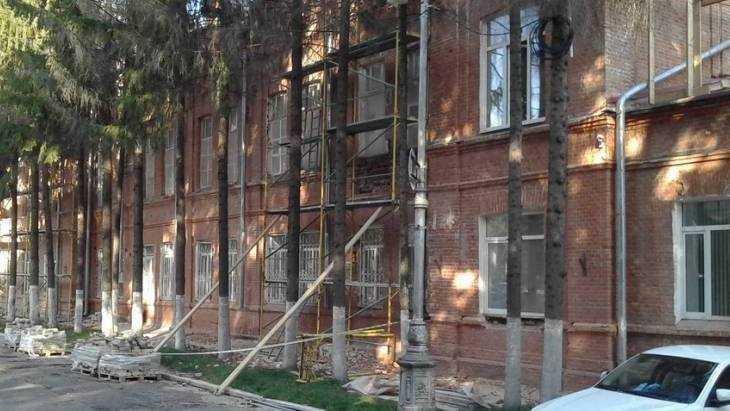 В центре Брянска около Винного замка спилили высокие ели
