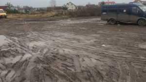 В Брянске сфотографировали непролазную грязь на остановке маршрутки 76
