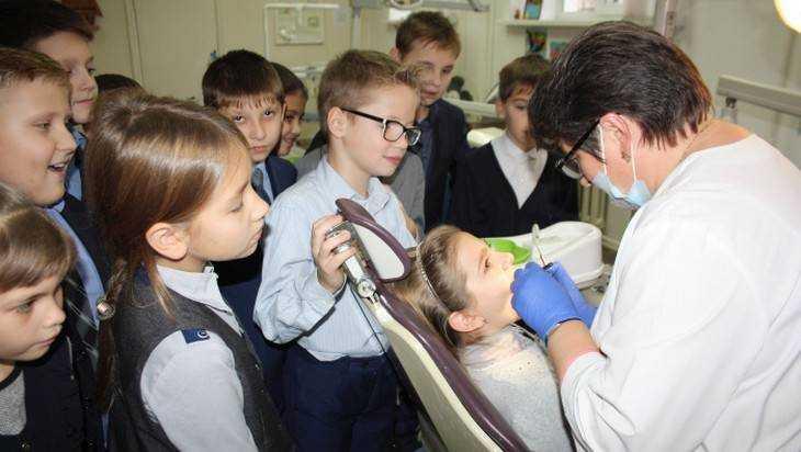 Брянские школьники побывали на веселой экскурсии у стоматологов