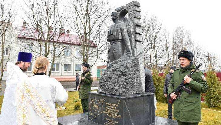 В брянском поселке Пальцо открыли памятник погибшим в Сирии воинам России