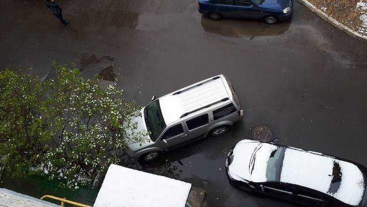 В Брянске автомобилями заблокировали вход в дом для женщин с колясками