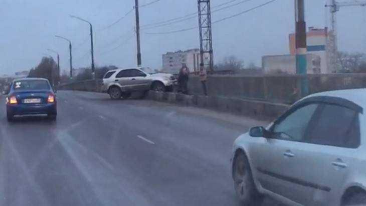 В Брянске автомобиль едва не слетел с обледенелого моста на рельсы