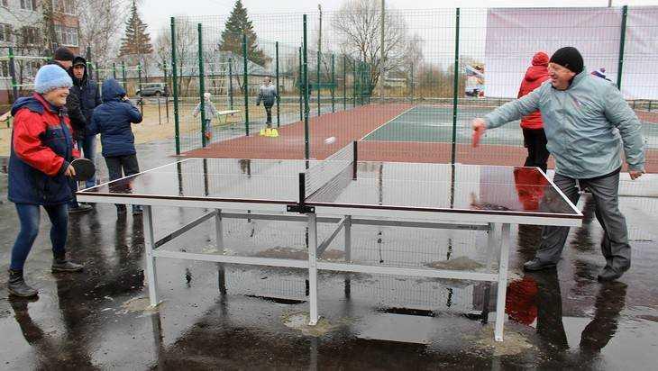 В Карачеве открыли обновленные спортивную и детскую площадки